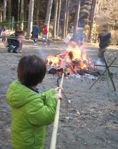 団子を焼く4歳児